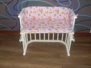 Мебель из массива выглядит шикарно и дорого. Подходит почти под любой интерьер. Для спальни - идеальный выбор! Текстиль (матрас и бортик) двух цветов: розовый и голубой